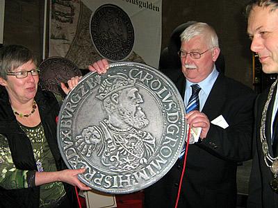 Uit deze Carolusgulden kwam de cheque! - foto: Elly van den Berg