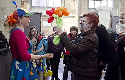 Niet alleen de kleintjes genoten van clown Bloony - foto: Peter van Mulken
