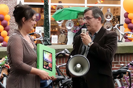 Ton Snepvangers overhandigt Roos van Gelder de petitie - foto: Henriëtte van den Broek