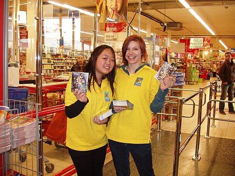 Wendy en Lianne in de supermarkt in Katwijk met flyers in de aanslag - foto: Jacqueline Schoonwater